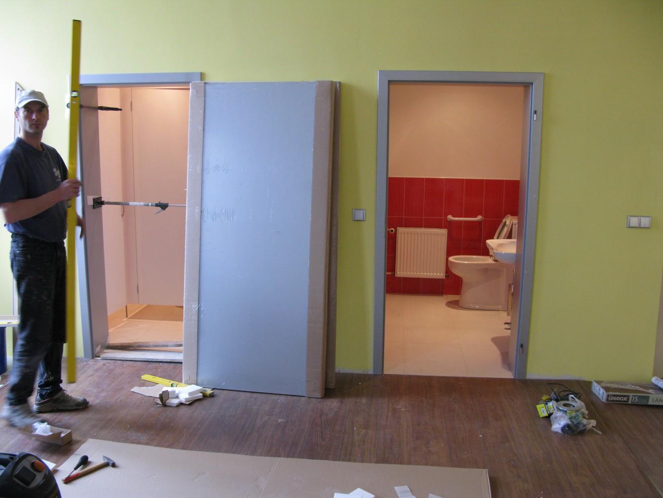 stěna s dveřmi na toalety v průběhu rekonstrukce