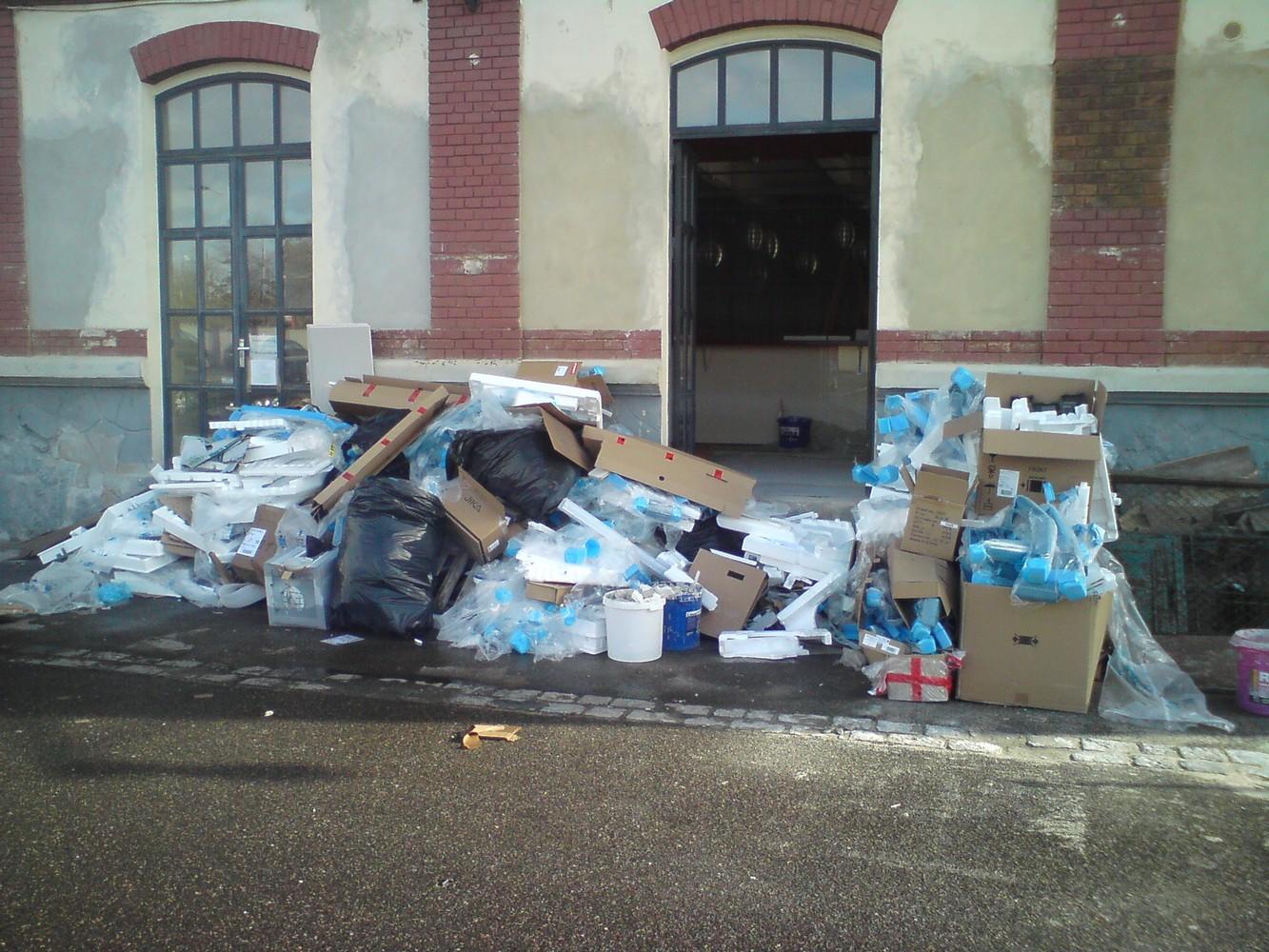 odpad ze stavby v místě budoucí terasy studia
