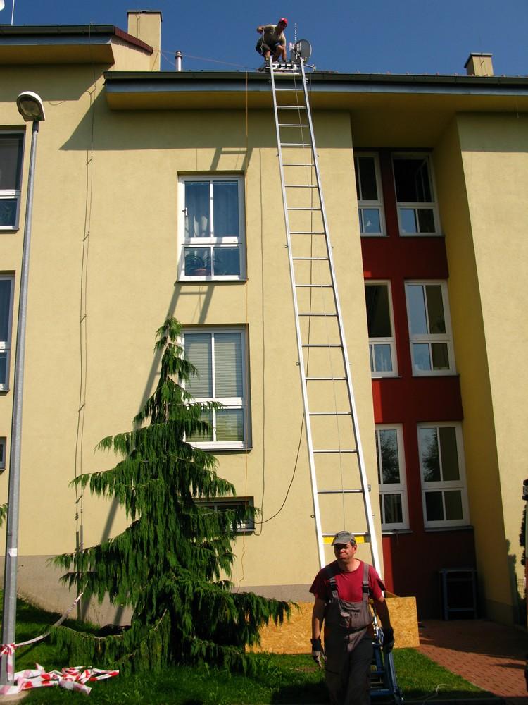 zásobování stavby přes střešní plášť