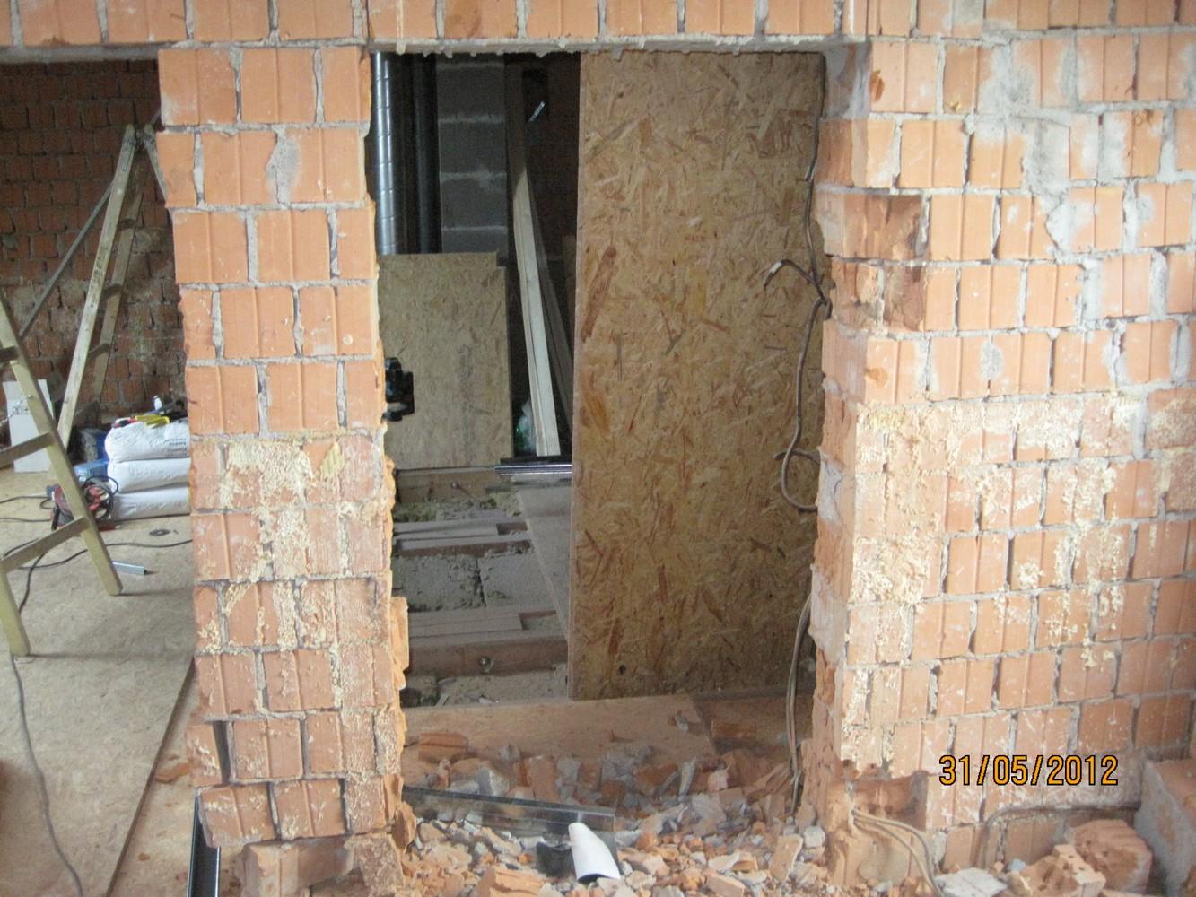 probourané otvory pro pohyb v krovu