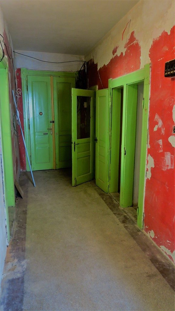 chodba bytu  v původním stavu před rekonstrukcí