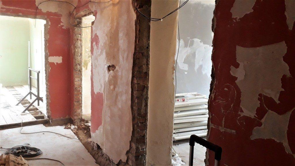 chodba bytu po provedení demoličních prací