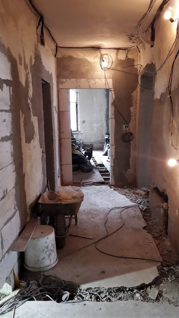 chodba bytu provádění rozvodů v podlaze