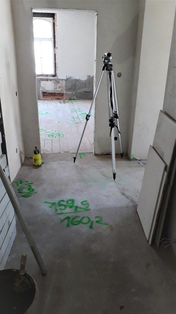 chodba bytu stavební opravy podlah