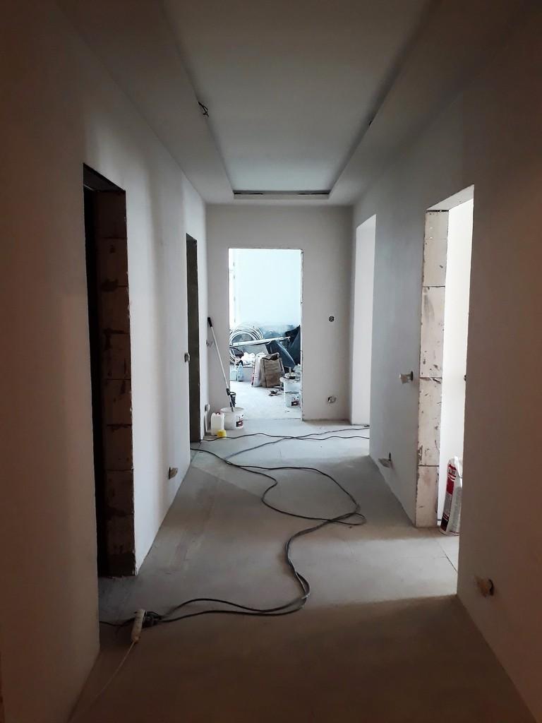 chodba bytu nová stavební podlaha