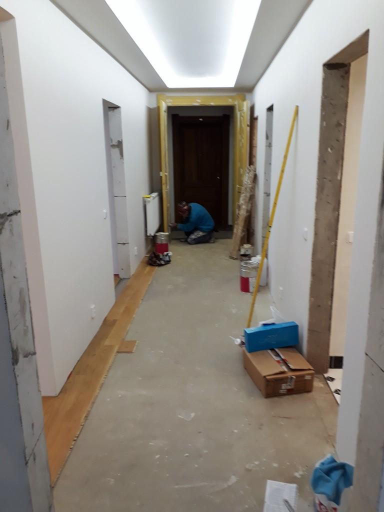 chodba bytu výmalba a provádění dřevěných podlah
