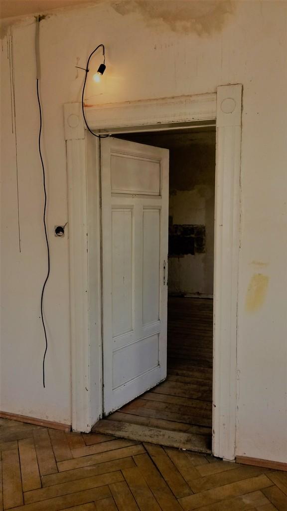 hlavní obytný prostor s kuchyňskou linkou původní stav