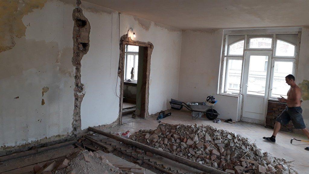 hlavní obytný prostor s kuchyňskou linkou po provedení demoličních prací