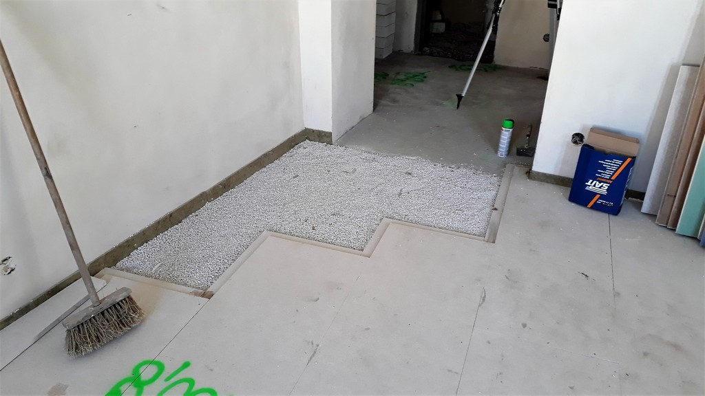 hlavní obytný prostor s kuchyňskou linkou provádění nové podlahy Fermacell