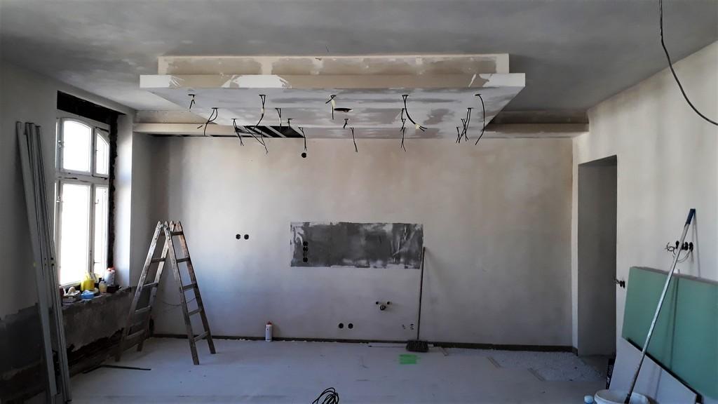 hlavní obytný prostor s kuchyňskou linkou povrchy