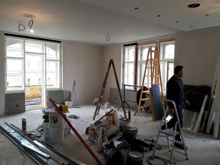 hlavní obytný prostor s kuchyňskou linkou výměna oken