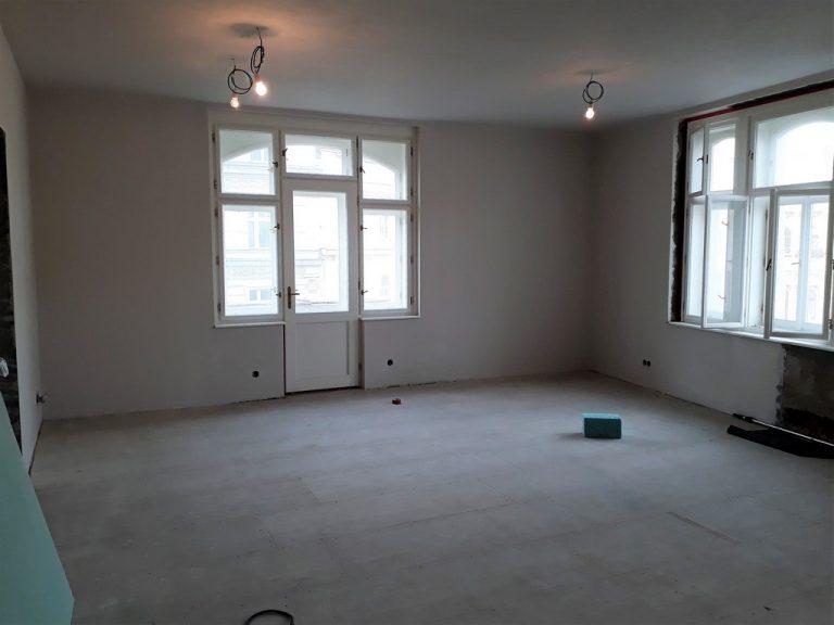 hlavní obytný prostor s kuchyňskou linkou po provedení hrubé stavby rekonstrukce bytu