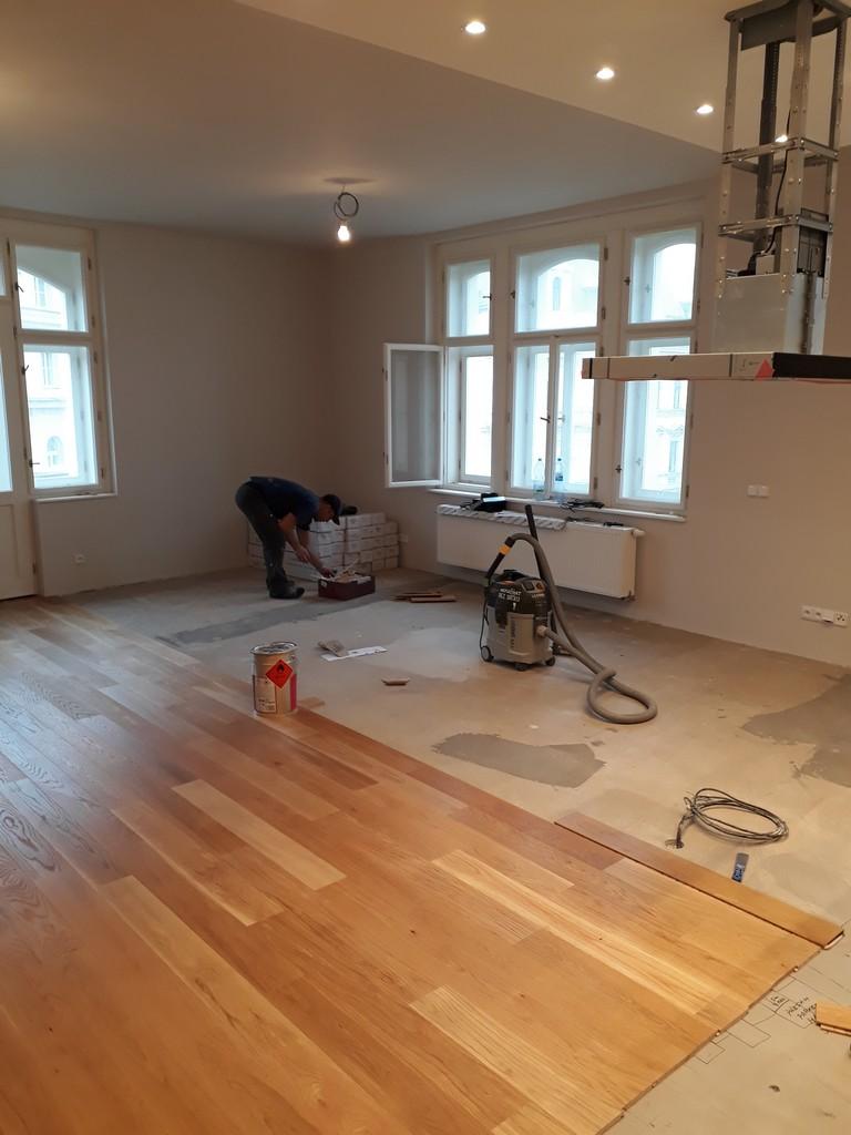 hlavní obytný prostor s kuchyňskou linkou pokládka dřevených podlah