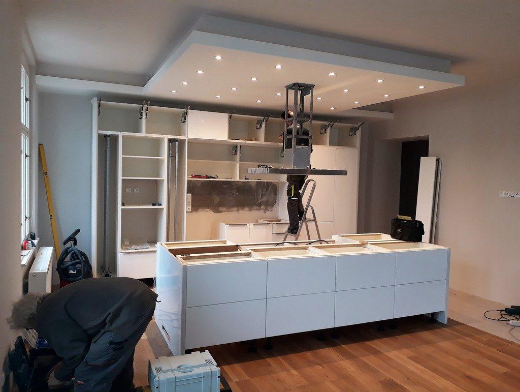 hlavní obytný prostor s kuchyňskou linkou montáž kuchyňské linky