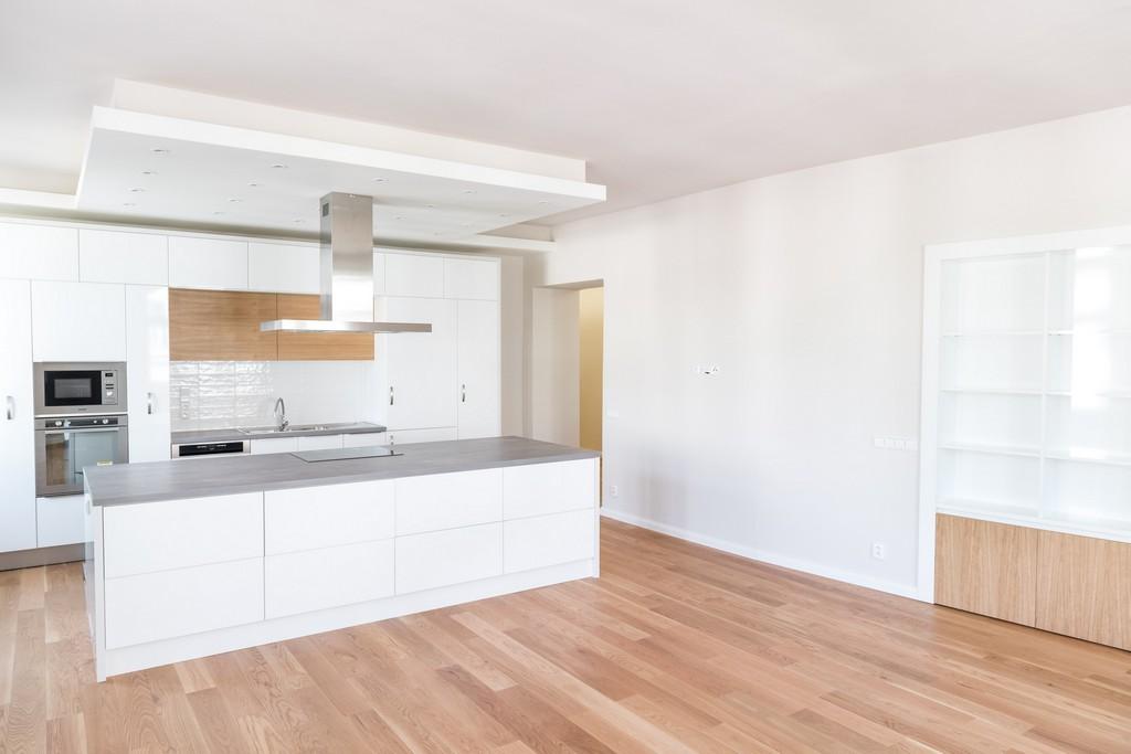 hlavní obytný prostor s kuchyňskou linkou po rekonstrukci