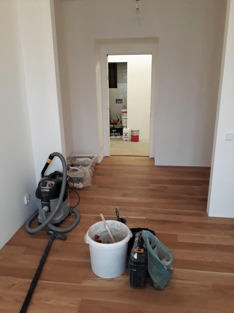 prostor ložnice bytu pokládka dřevené podlahy