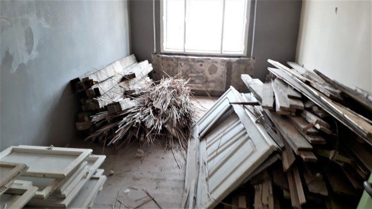 prostor ložnice bytu zahájeny demoliční práce