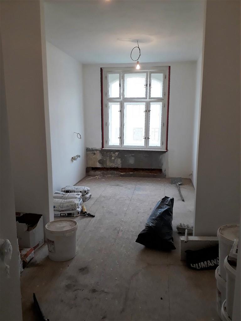 prostor ložnice bytu povrchy před rekonstrukcí podlahy