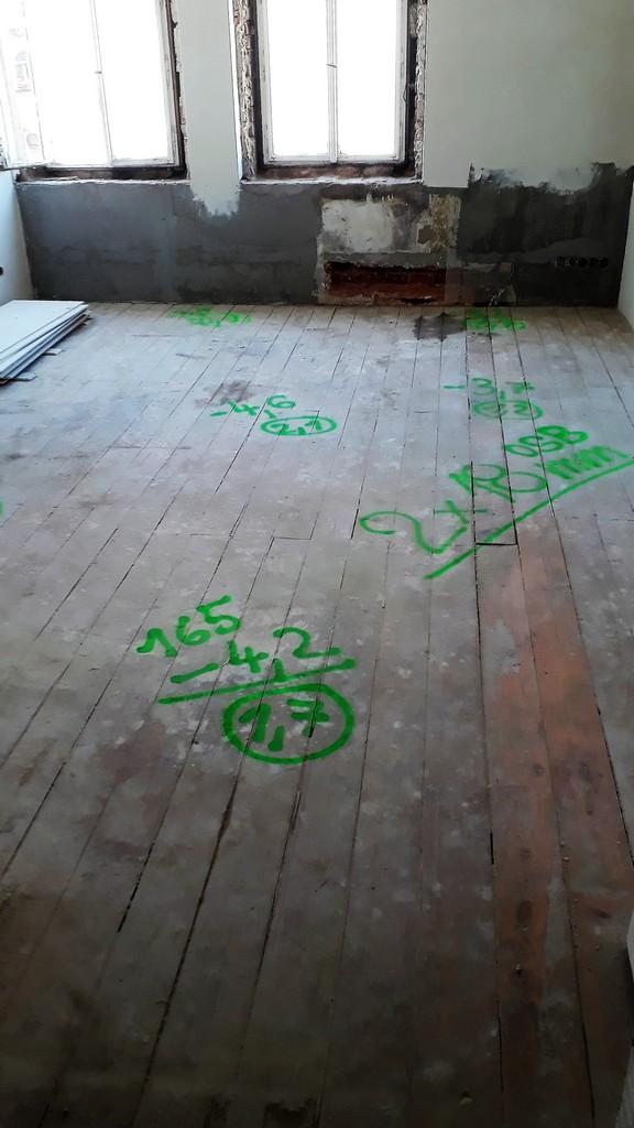 dětský pokoj bytu původní prkenná podlaha
