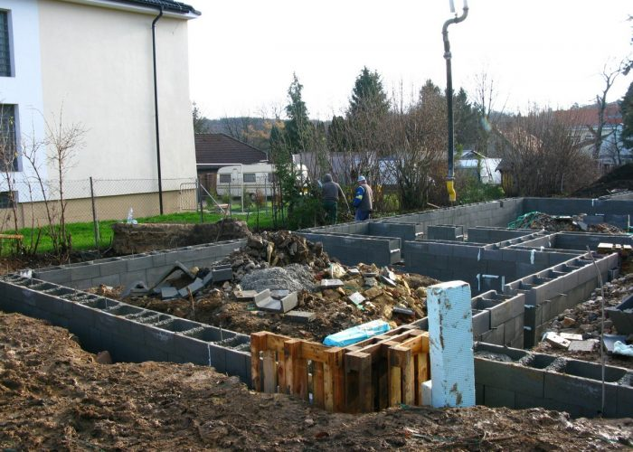 založení stavby rodinného domu dokončená stavba bednění
