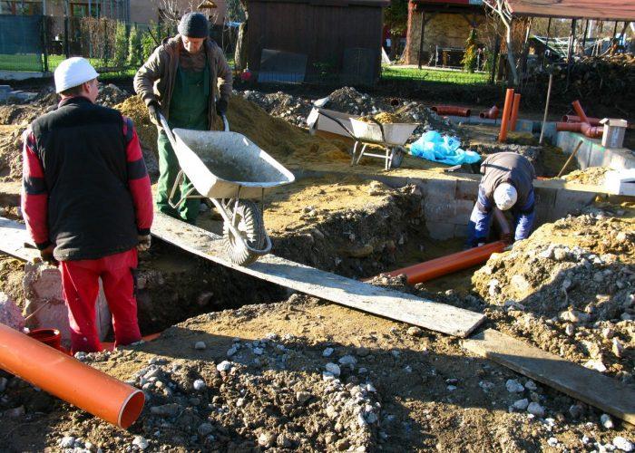založení stavby rodinného domu pokládka ležaté kanalizace