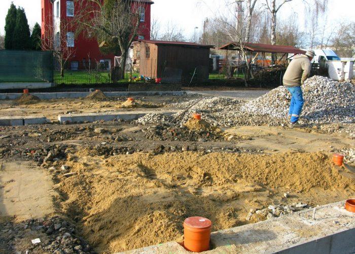založení stavby rodinného domu štěrkování pod betonáž vrchní podkladní desky